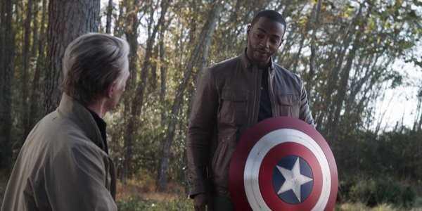 Cảnh trao khiên trong bom tấn Avengers: Endgame.