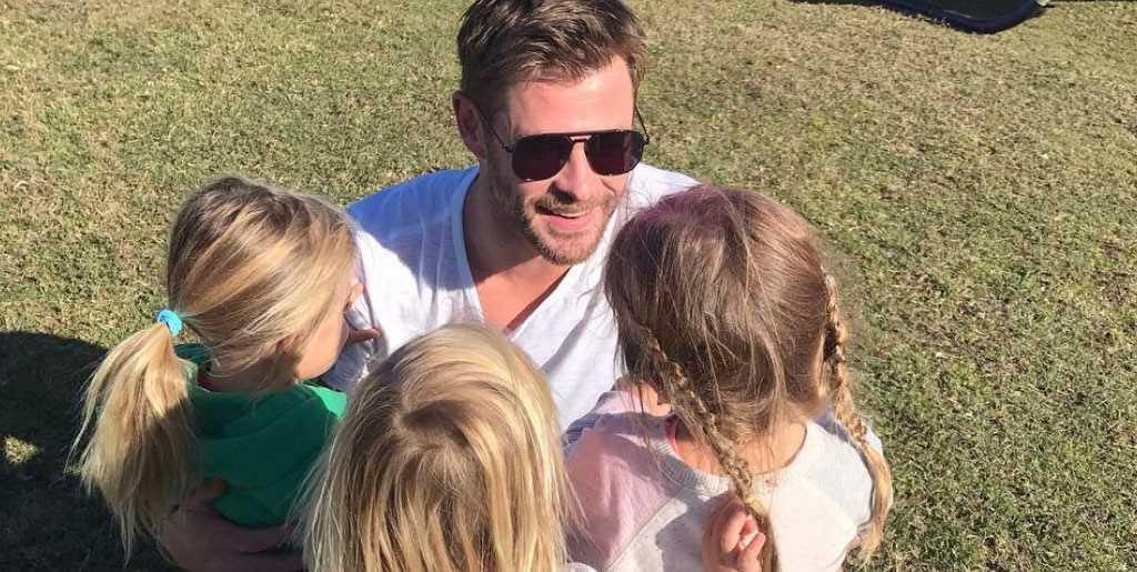 Thor bên cạnh các con của mình